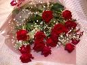 赤バラとカスミソウの花束