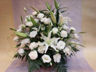 真っ白のお花でまとめたお供えアレンジメント 中