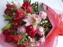 お祝いの気持ちを、赤バラに託して。