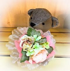 花束を抱えたクマさん