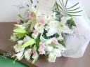 カサブランカとピンクの小花のお供え花束