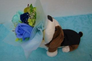 めがねスタンドのわんこがブルーの花束をお届け♪