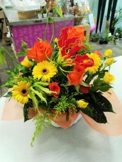 オレンジバラと季節の洋花のおまかせアレンジメント