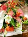 ユリとオレンジバラの華やかお花束