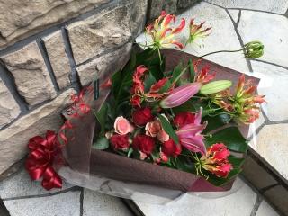 1059 バラ・ユリ・グロリオサ 花束
