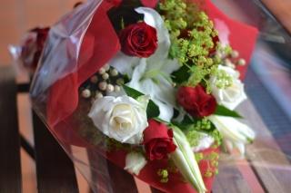 白ユリと赤バラのお洒落コンビ:花束