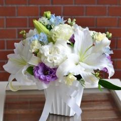 ユリで素敵に、お悔やみのお花:ホワイトミックス