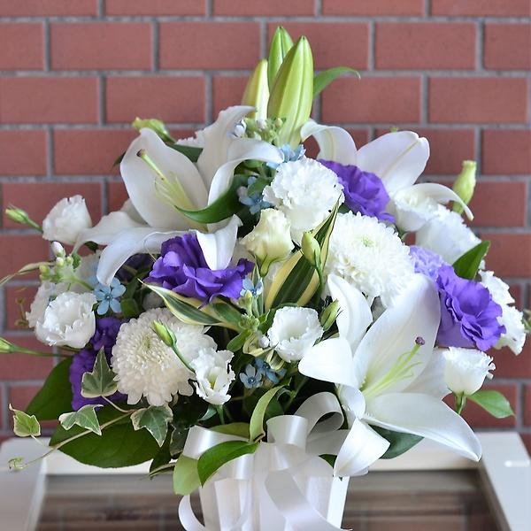 故人への思いをお花に託してアレンジメント:白・紫「machi ...