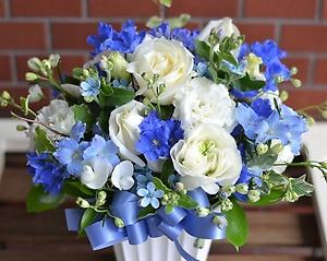 お洒落で爽やかなアレンジメント:ホワイト&ブルー
