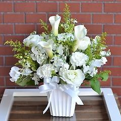 季節のお花で素敵なお悔みの贈り物:敬愛ホワイト
