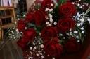 真っ赤なバラのマザーズダーズンローズ カスミソウ