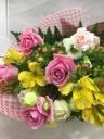 バラと季節のお花の花束