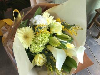 優しい色合い「イエローとホワイトのロング花束」
