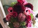 赤バラを入れて明るく華やかに「レッド・ブライト」