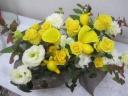 華やかな黄色のバラのアレンジメント
