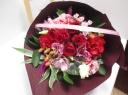 バラと旬のお花のブーケ レッド系