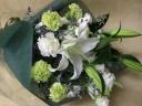 大輪百合とグリーン系の御供え花束