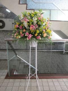 ミックス系のスタンド花 (明るい色合い)