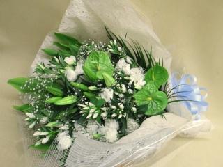 大輪の百合と白いリンドウの御供え花束