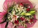 ピンクの百合と赤いバラのブーケ