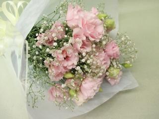 ピンクトルコキキョウとかすみ草の御供え花束