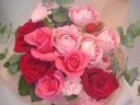 バラがメインのピンクの花束