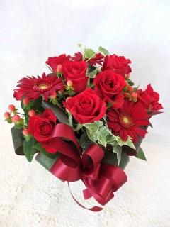 赤いバラがメインのアレンジメント
