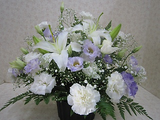 白と紫の御供えアレンジメント