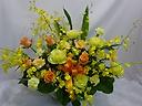 黄色とオレンジのバラを使った豪華なアレンジメント