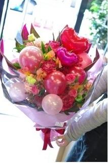 ピンクがいっぱいバルーンとお花の大きいブーケ