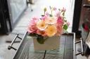 復活!細長い陶器のアレンジ白。花ピンク系