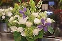 季節のお花が入ったホワィト系アレンジメント
