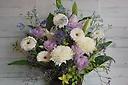 季節のお花が入った淡いカラーアレンジメント