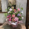 ピンクバラと季節の枝物のアレンジメント
