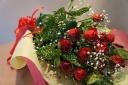 深紅のバラとカスミ草のスタンダードな花束