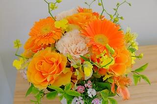 **オレンジ色の鮮やかなアレンジメント**