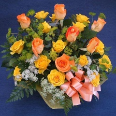 イエロー・オレンジのバラのアレンジメント