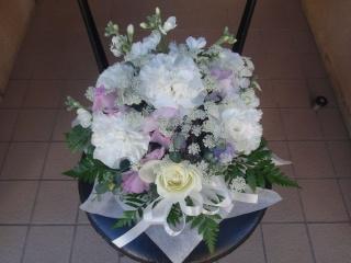 白花を使った可愛いお供えアレンジメント