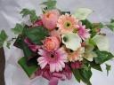 ピンクガーベラとバラのアレンジメント