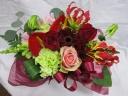 赤バラとグリーンカーネーションのアレンジメント