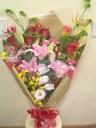 赤バラとピンクのユリが入った豪華なお祝い用花束