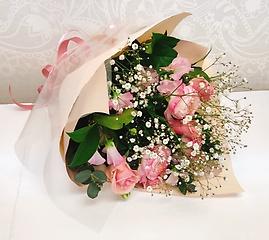 ピンクバラ入り季節のお花とカスミソウのブーケ