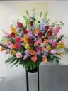華やかなミックスカラーのスタンド花