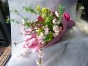 桜とチューリップを使った季節の花束