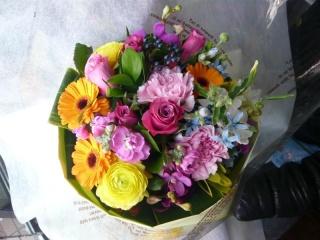 色とりどりのブーケタイプ花束