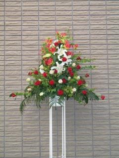 ユリと赤バラのスタンド花 【 匠 】