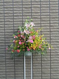 ピンクユリとオンシジュウムのスタンド花 【 喜 】