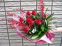 赤バラと季節の花束