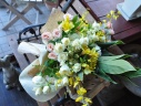 ホワイトイエローの清楚な花束