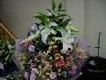 大きな白いユリが入った美しい仏前花束